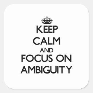 Guarde la calma y el foco en ambigüedad pegatina cuadrada