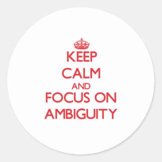 Guarde la calma y el foco en AMBIGÜEDAD Etiquetas Redondas