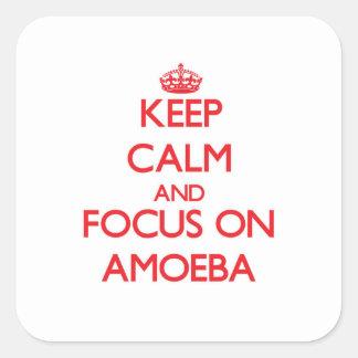 Guarde la calma y el foco en ameba pegatina cuadrada