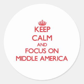 Guarde la calma y el foco en América media Pegatina Redonda