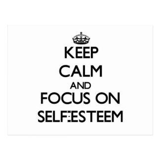 Guarde la calma y el foco en amor propio postal