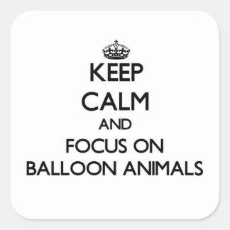 Guarde la calma y el foco en animales del globo pegatina cuadrada