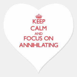 Guarde la calma y el foco en ANIQUILAR Pegatina En Forma De Corazón