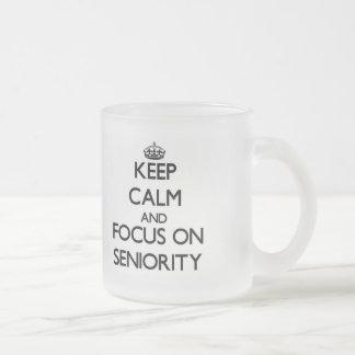 Guarde la calma y el foco en antigüedad tazas
