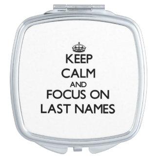Guarde la calma y el foco en apellidos espejo compacto