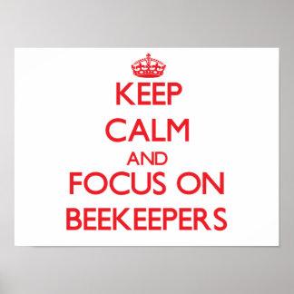 Guarde la calma y el foco en apicultores posters
