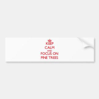 Guarde la calma y el foco en árboles de pino etiqueta de parachoque