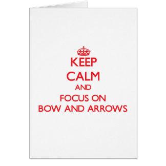 Guarde la calma y el foco en arco y flechas felicitación