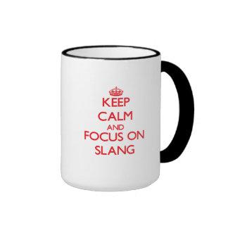 Guarde la calma y el foco en argot taza de café