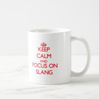 Guarde la calma y el foco en argot tazas de café