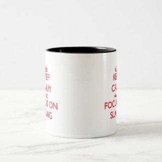 Guarde la calma y el foco en argot taza