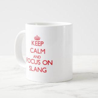 Guarde la calma y el foco en argot taza grande