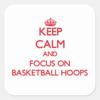 Guarde la calma y el foco en aros de baloncesto pegatina cuadrada