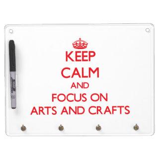 Guarde la calma y el foco en artes y artes pizarra blanca