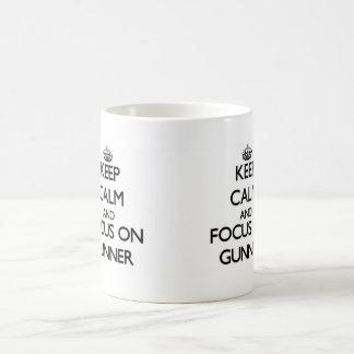Guarde la calma y el foco en artillero taza básica blanca