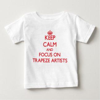 Guarde la calma y el foco en artistas de trapecio tshirts
