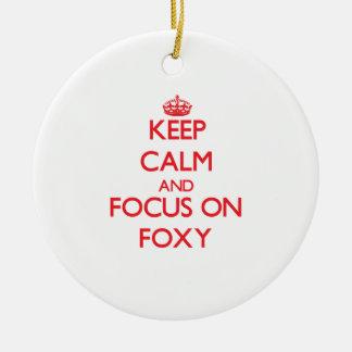 Guarde la calma y el foco en astuto ornamento para arbol de navidad