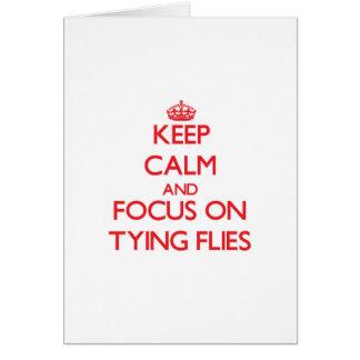 Guarde la calma y el foco en atar moscas tarjeta de felicitación