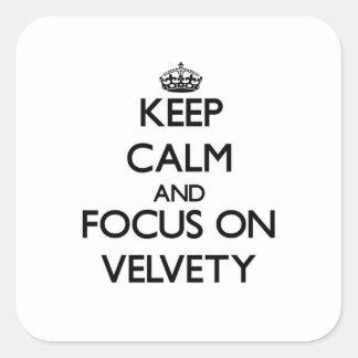Guarde la calma y el foco en aterciopelado calcomanias cuadradas