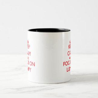 Guarde la calma y el foco en aterronado taza dos tonos
