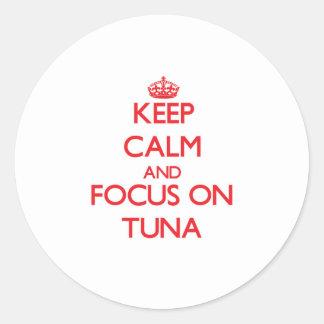 Guarde la calma y el foco en atún pegatina redonda