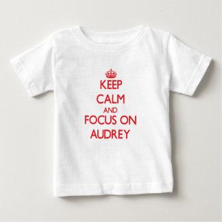 Guarde la calma y el foco en Audrey Playeras