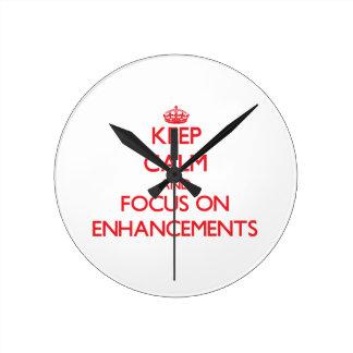 Guarde la calma y el foco en AUMENTOS Reloj De Pared