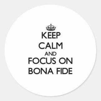 Guarde la calma y el foco en auténtico pegatina redonda