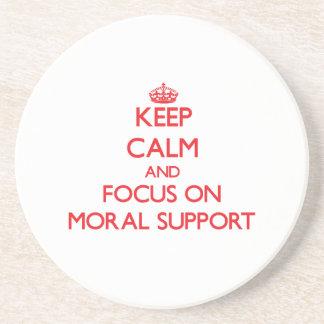 Guarde la calma y el foco en ayuda moral posavaso para bebida