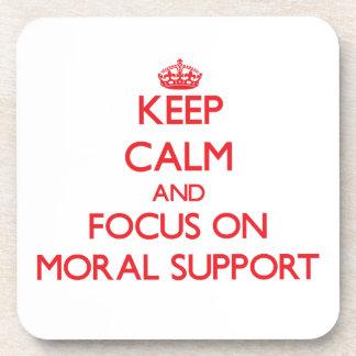 Guarde la calma y el foco en ayuda moral posavasos de bebidas
