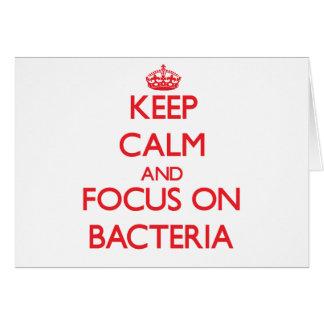 Guarde la calma y el foco en bacterias tarjeta de felicitación