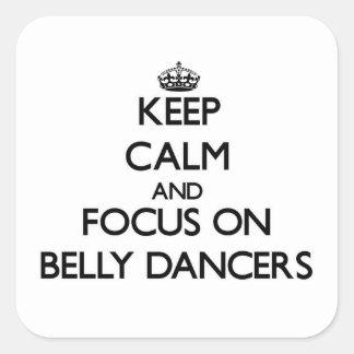 Guarde la calma y el foco en bailarinas de la pegatina cuadrada