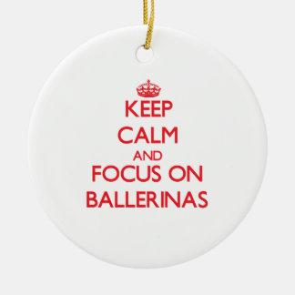 Guarde la calma y el foco en bailarinas adorno de navidad