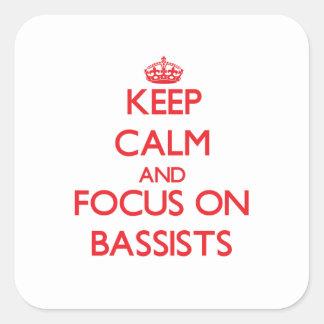 Guarde la calma y el foco en bajistas calcomanías cuadradass