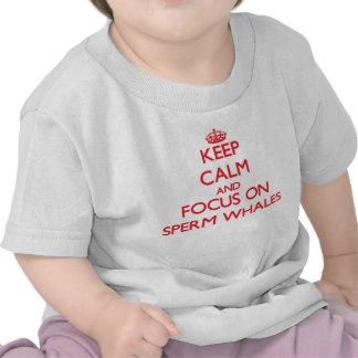 Guarde la calma y el foco en ballenas de esperma camisetas