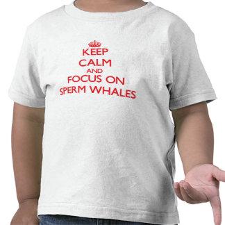 Guarde la calma y el foco en ballenas de esperma camiseta