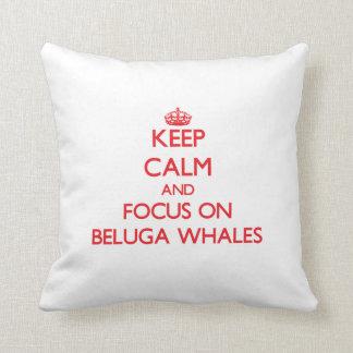 Guarde la calma y el foco en ballenas de la beluga almohadas