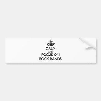 Guarde la calma y el foco en bandas de rock etiqueta de parachoque