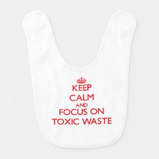 Guarde la calma y el foco en basura tóxica babero de bebé