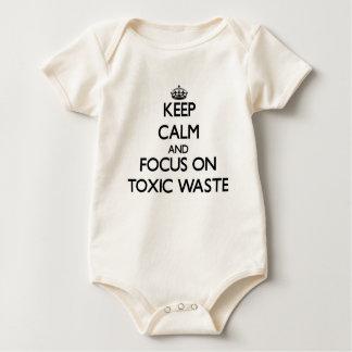 Guarde la calma y el foco en basura tóxica body de bebé