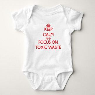 Guarde la calma y el foco en basura tóxica remera