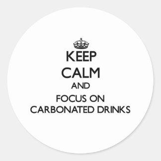 Guarde la calma y el foco en bebidas carbónicas pegatina redonda