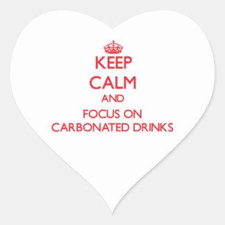 Guarde la calma y el foco en bebidas carbónicas pegatina en forma de corazón