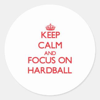 Guarde la calma y el foco en béisbol etiquetas redondas