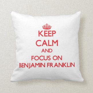 Guarde la calma y el foco en Benjamin Franklin Cojines