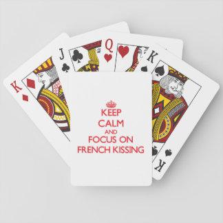 Guarde la calma y el foco en besarse francés baraja de cartas