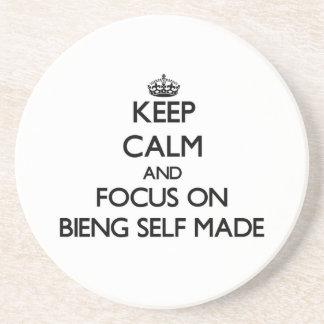 Guarde la calma y el foco en Bieng hecho a sí mism Posavasos Diseño