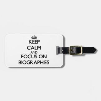 Guarde la calma y el foco en biografías etiquetas maletas