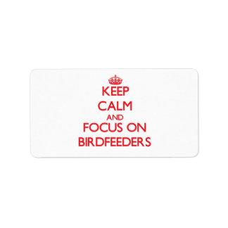 Guarde la calma y el foco en Birdfeeders Etiqueta De Dirección