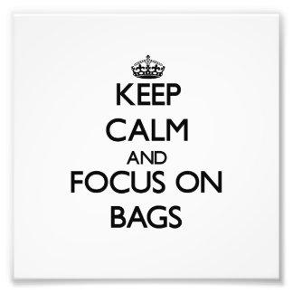 Guarde la calma y el foco en bolsos fotografias